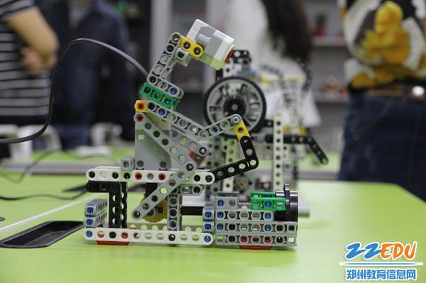 """2 伏牛路第二小学""""自由度""""机器人模拟赛车手"""