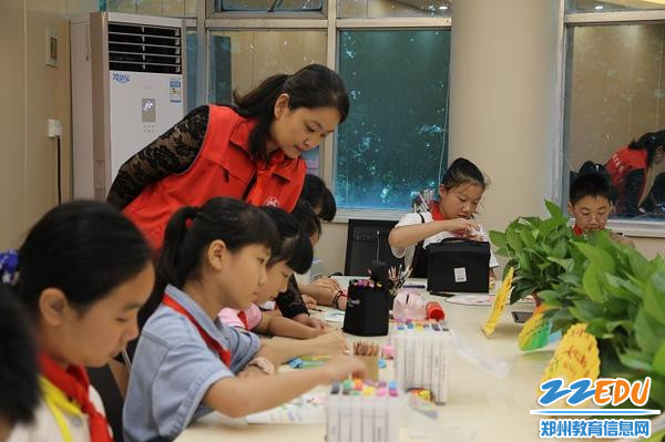 5 伏牛路小学美术老师指导同学们用绘画表达祝福