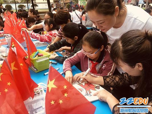8桐淮小区小学家长和孩子共同合作