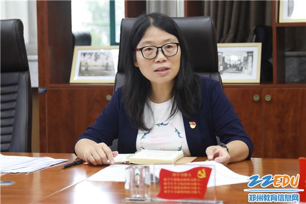2.党委书记杨志娟主持培训会