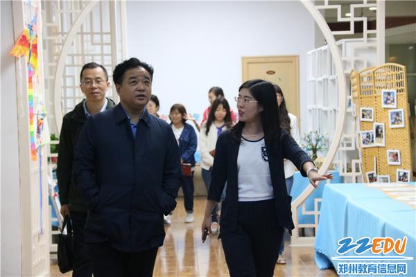 5.田局长参观美术展厅