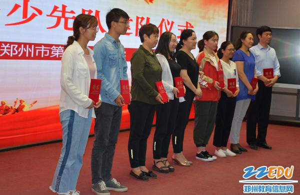 党总支书记校长于红莲为辅导员老师颁发聘书