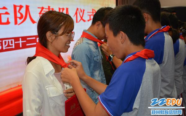 学生代表为辅导员老师佩戴红领巾
