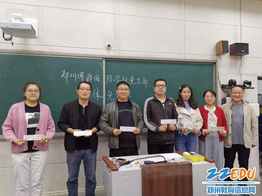 参加《中国共产党支部工作条例(试行)》知识竞赛活动获得一等奖党员合影
