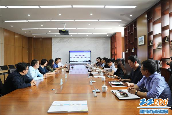 教育部教育信息化典型案例遴选专家组在郑州市第11中学听取学校的典型案例汇报