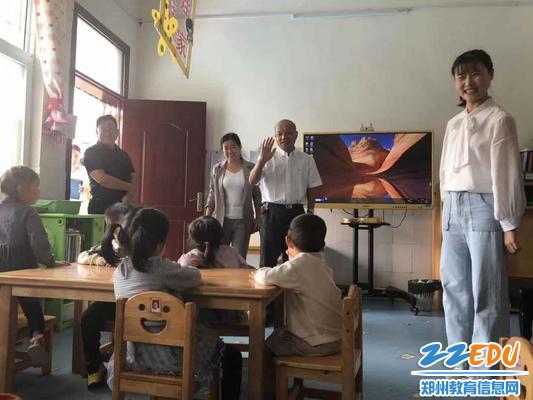 2田国安局长走进班级,与孩子们亲切互动