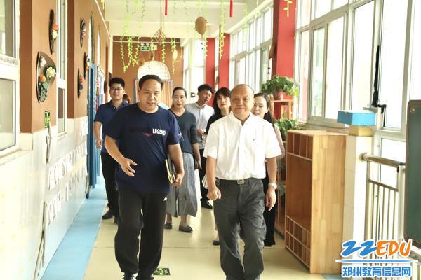 3田国安局长对整洁优美的环境表示满意