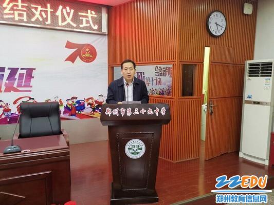 学校党委副书记楚长鸿宣读师徒结对名单