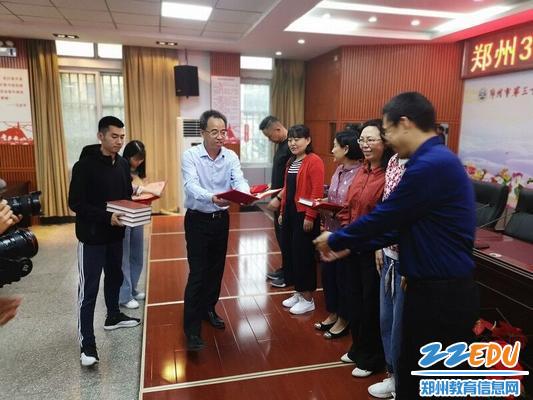学校校长、党委书记刘旭东为师傅老师们颁发聘书和赠书