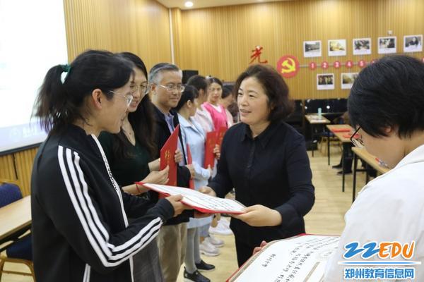 初中部政教处主任安书红为导师们颁发聘书