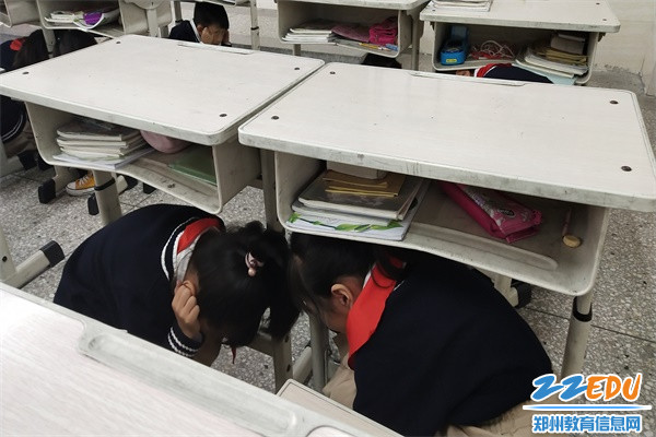 3.学生躲藏到课桌下