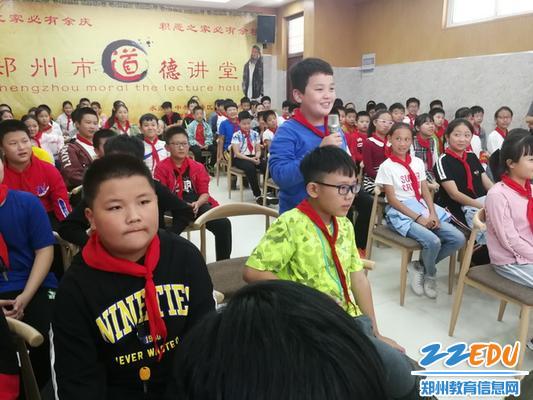 王琼法官与同学们开展互动,_调整大小