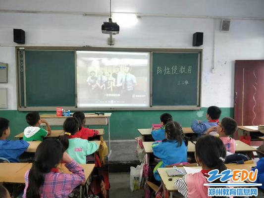 学生观看宣传视频
