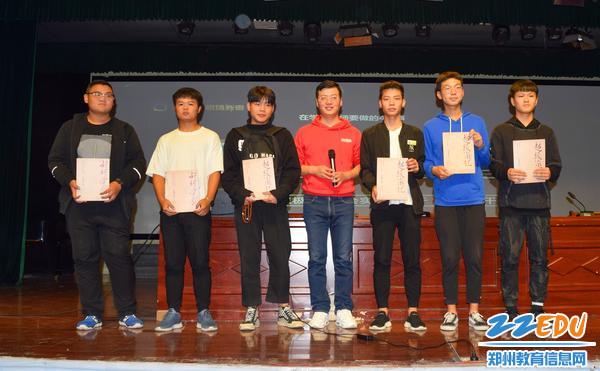 图6 赵老师把自己出版的书籍送给学生代表