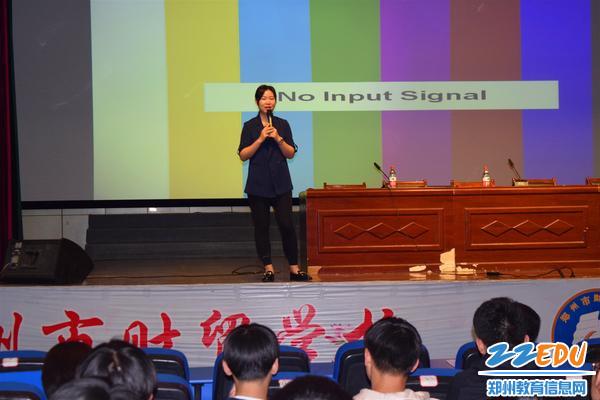 图7 营销专业课周石妍老师为学生展示往届优秀毕业生去向和发展动态