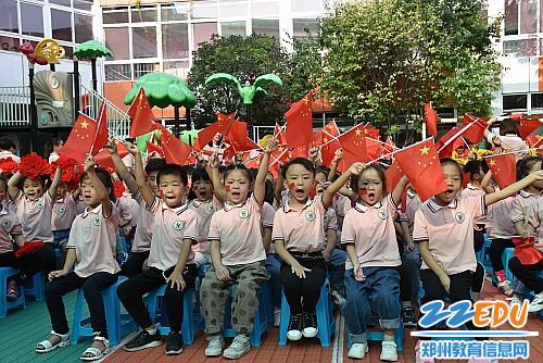 5孩子们用嘹亮的歌声向祖国献礼_conew1