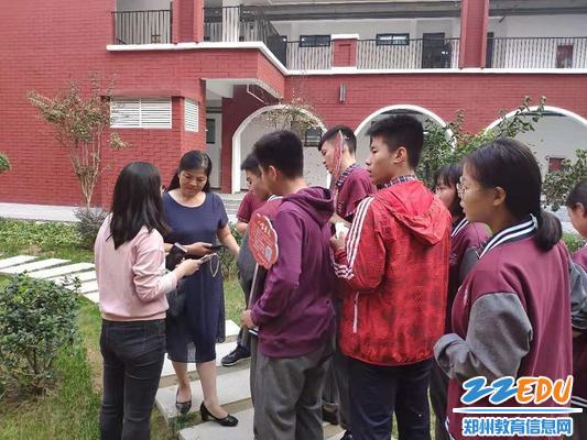 校长段亚萍和社团老师张梅娜以及社团学生交流