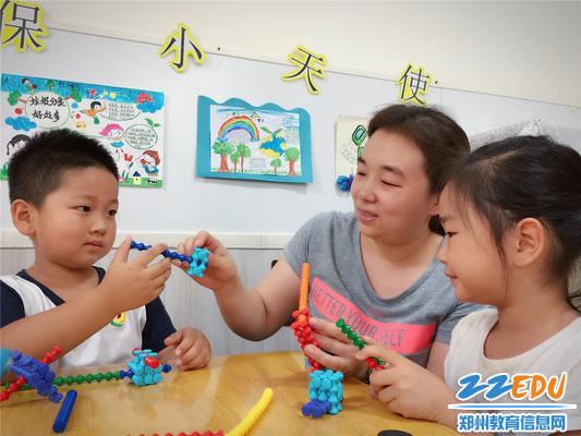 4与幼儿一起游戏的陈媛媛老师