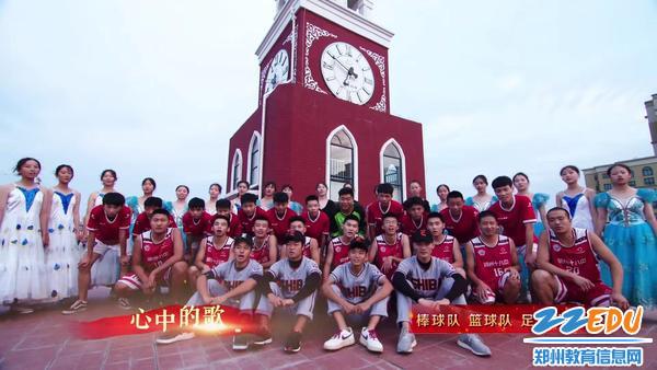 学校棒球队、篮球队、足球队、舞蹈队用歌声向祖国表白
