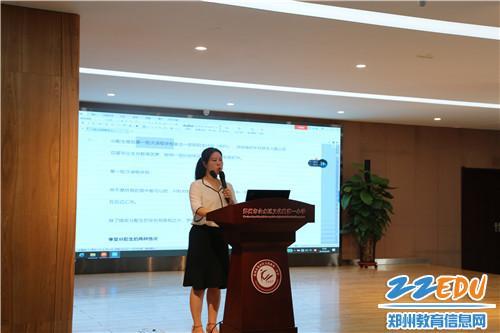 郑州冠军中学九年级班主任、金水区优秀班主任赵瑞老师进行讲座