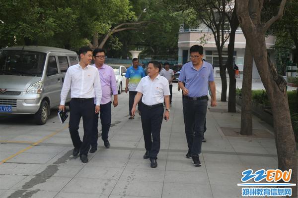 校长李玉国(中)带领郑州回中检查组在校园内进行安全排查