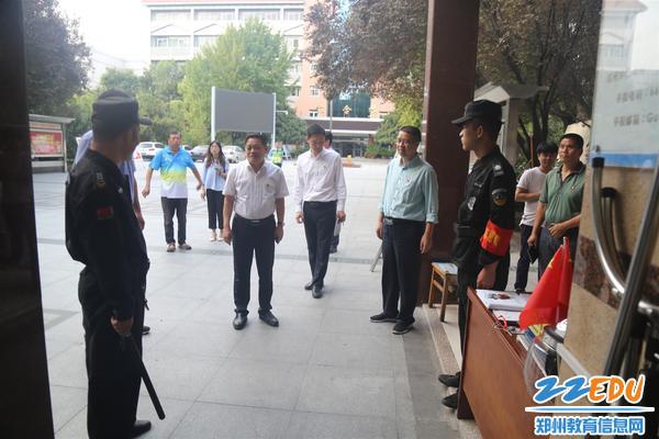 李玉国向学校保安强调节日期间安全工作的重要性