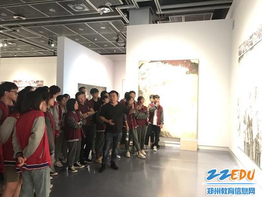 王胤老师在河南美术馆为学生讲画 (2)