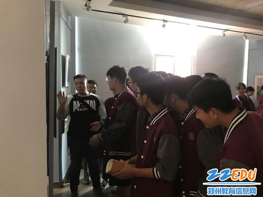 王胤老师在河南美术馆为学生讲画 (1)