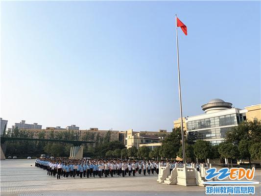 1.10月1日,郑州11中新疆部600余名师生齐聚桃林广场举行升旗仪式。