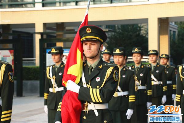 2.新疆部国旗护卫队学生列队入场