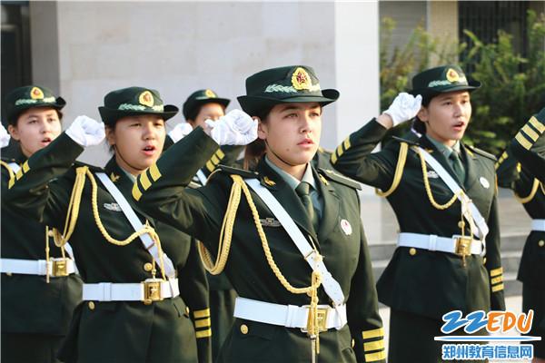 3.由新疆部各民族学生组成的国旗护卫队守护五星红旗庄严宣誓