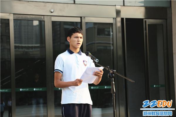 4.新疆部学生会主席、学生代表依斯拉木同学国旗下演讲