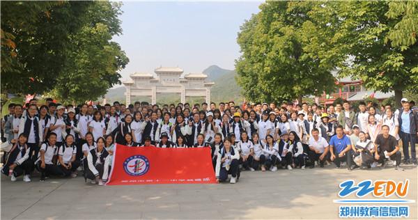 1.10月3日,新疆部师生在登封少林寺合影留念