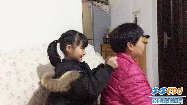重阳节固城小学米静给奶奶捶背_调整大小