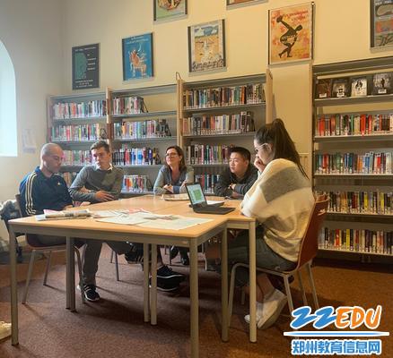 郑州二中学生代表接受采访_副本