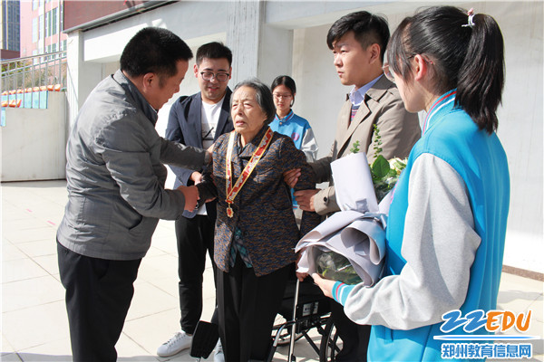 3李国喜校长为裴老师佩戴奖章