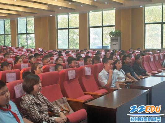 初中校区执行校长肖国红、副校长程雷学生家长一起专心听讲座