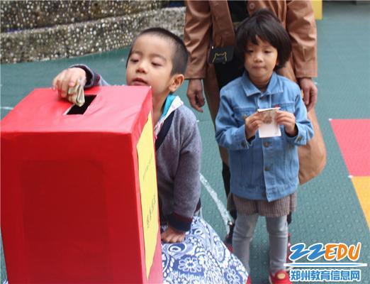 4.1一大早就来到幼儿园,迫不及待捐献爱心的孩子们