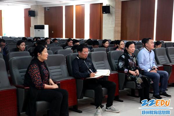 4.106中学党委书记、校长苏芳及106中学校级领导认真听取会议精神
