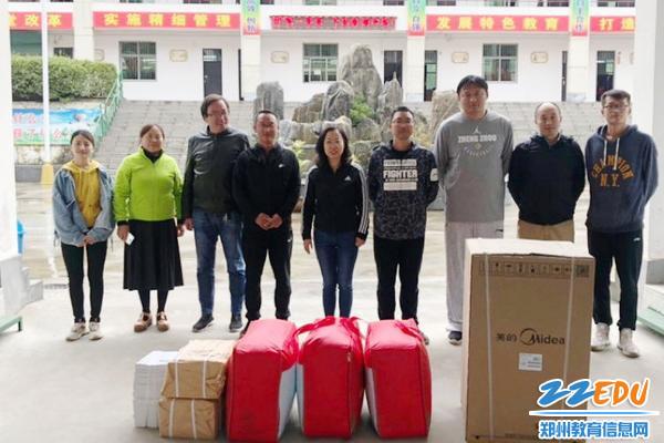 01_52中党总支书记李培红一行人慰问在卢氏县范里一中支教的教师