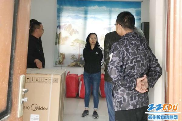 02一行人参观支教教师程亚平的宿舍