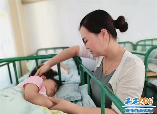 1丁丽丽老师在午休时间哄孩子睡觉