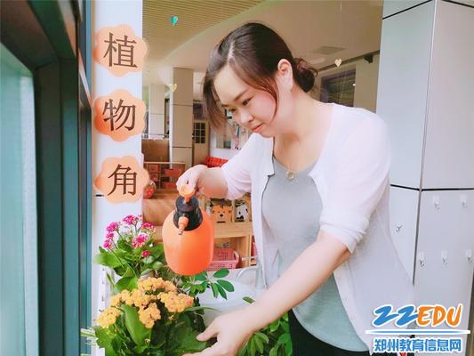 4丁丽丽老师在照顾花草