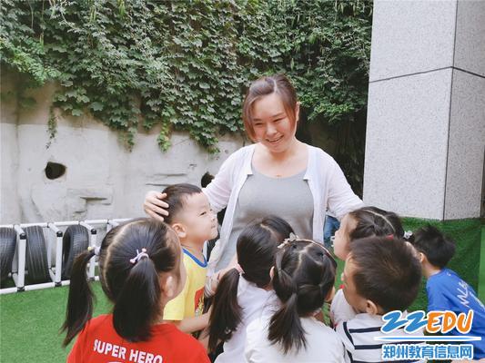 5孩子们拥抱丁丽丽老师,用实际行动表达对她的喜爱