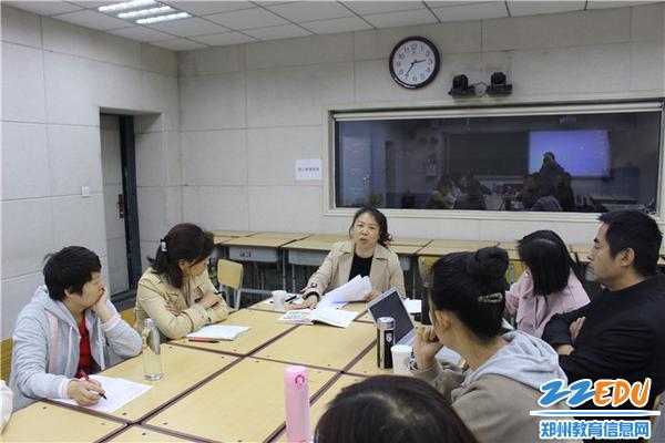 崔秀玲老师给授课青年教师评课