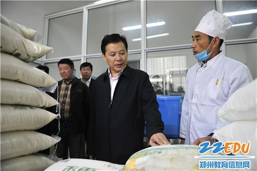 2陈宏伟书记一行与工作人员深入交谈了解食品原材料储存、加工和配送情况
