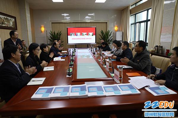 检查组成员鼓掌肯定郑州12中省级文明校园创建工作