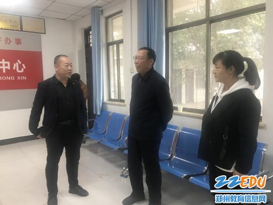 1.郑州14中党委书记与王沟村支部书记王彦民进行交流
