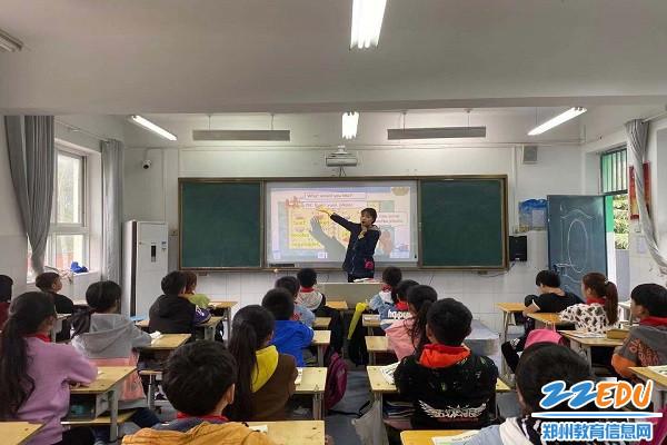 乔佳宁老师带领大家领读英语