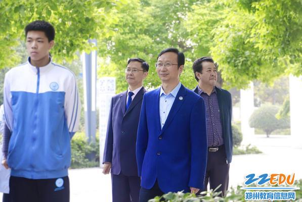 1郑州47中党委书记、校长叶小耀观摩课堂